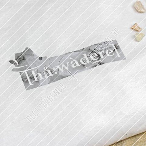"""Das Bild zeigt ein ein weißes zusammen gelegtes T-Shirt mit dem Spruch der Plotterbande """"Habadere in Lautschrift""""."""
