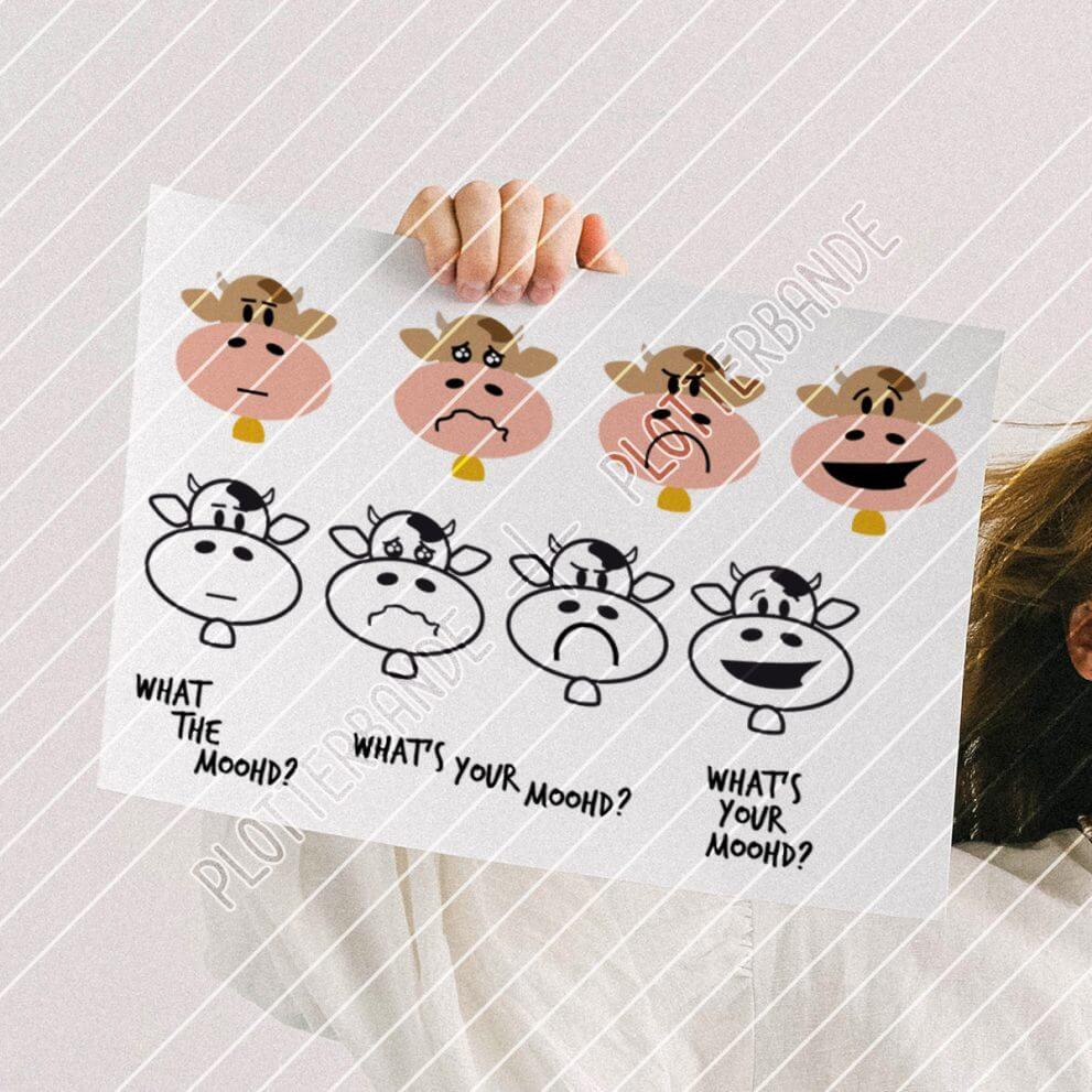 Eine Frau hält ein Blatt Papier hoch, auf dem das Plottdesign My Moohds der Plotterbande bedruckt ist. Das Design zeigt vier Illustrationen mit Kühen in verschiedenen Stimmungen.