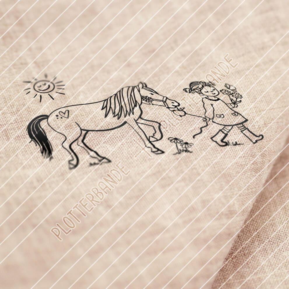 Das Bild zeigt einen Stoff, auf dem ein Plottdesign der Plotterbande gedruckt ist. Das Design zeigt ein kleines Mädchen in Gummistiefeln welches mit ihrem Pony spazieren geht.