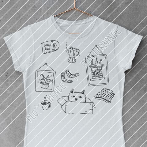 Das Bild zeigt ein weißes T-Shirts mit dem Cozy Home Design der Plotterbande.