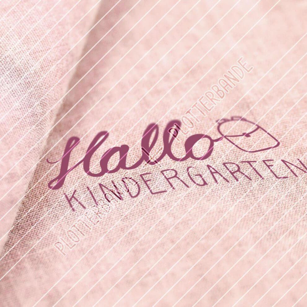 Das Bild zeigt einen Stoff, auf dem ein Plottdesign der Plotterbande gedruckt ist. Das Design zeigt das Motiv Hallo Kindergarten.