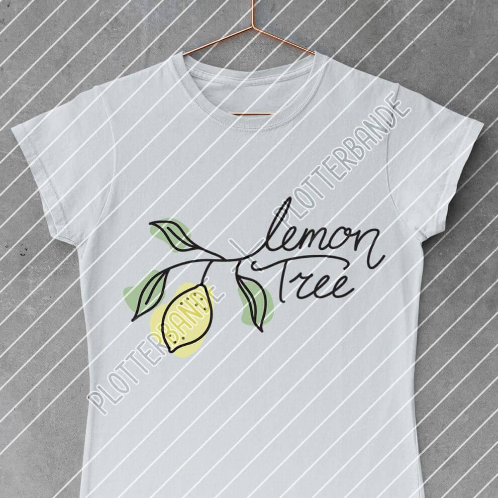 Das Bild zeigt ein weißes T-Shirts mit dem Lemon Tree Design der Plotterbande.