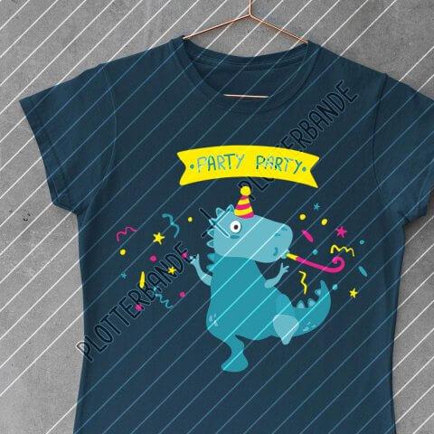 """Ein dunkelblaues T-Shirt hängt auf einem Kleiderbügel. Darauf zu sehen ist das """"Partydino""""-Design der Plotterbande."""