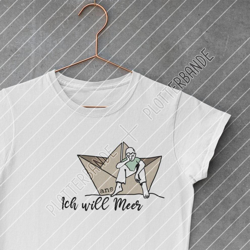 """Ein weißes T-Shirt hängt auf einem Kleiderbügel. Darauf zu sehen ist das """"Sehnsuchtswellen"""" Plott-Design der Plotterbande."""