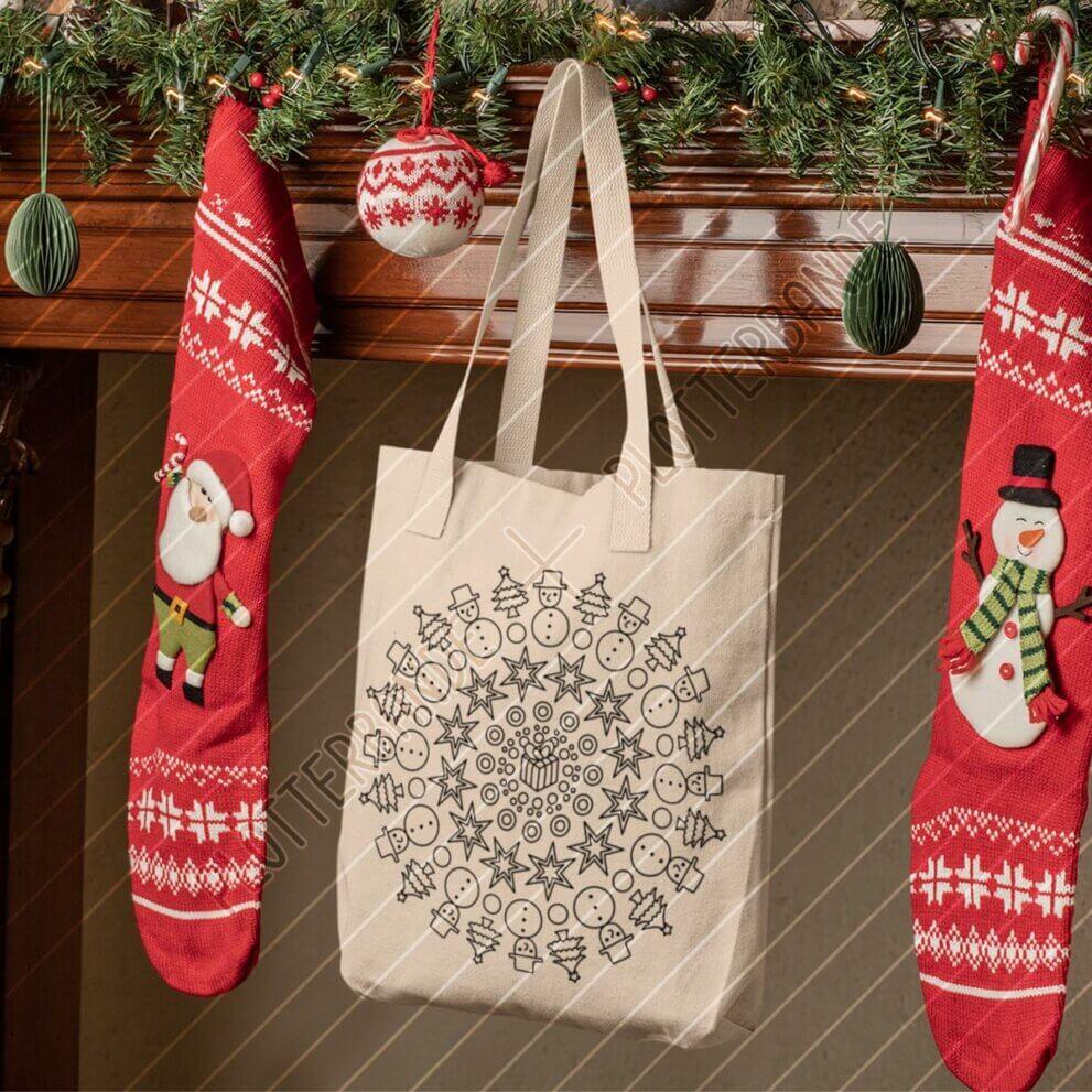 Zwischen zwei Socken hängt eine Einkaufstasche am Kamin. Auf den Beutel ist das Weihnachten Mandala-Design der Plotterbande gedruckt.