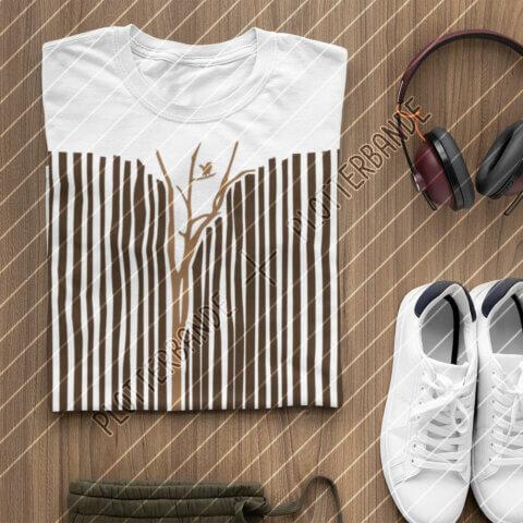Ein zusammengefaltetes Shirt mit dem Wenn-sich-zwei-Streifen-Baum-Plottdesign der Plotterbande liegt auf einem Holzuntergrund.