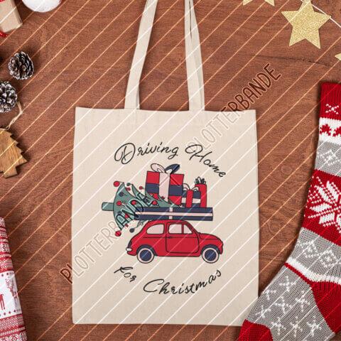 (3) Auf einem weihnachtlich dekorierten Tisch liegt eine Einkaufstasche mit dem Driving Home for Christmas-Design der Plotterbande.