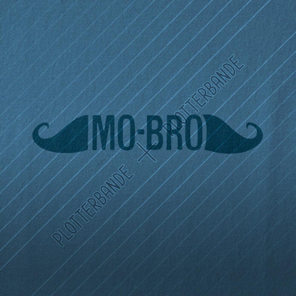 Auf einem blauen Stoff ist das das MO-BRO-Design der Plotterbande gedruckt.